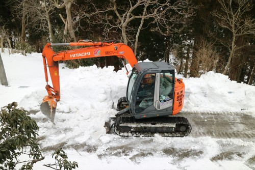 ショベルカーで除雪
