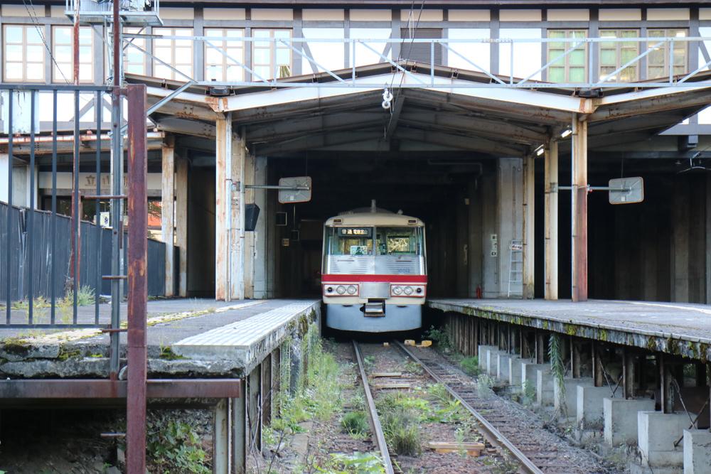 立山駅、レッドアロー