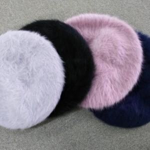 小粋なアクセントを添えるバッグ&ベレー帽